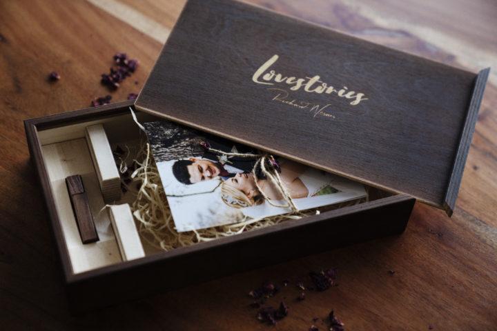 Übergabe von Hochzeitsfotos auf USB-Stick